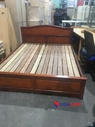 Giường gỗ màu nâu cũ