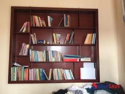 Kệ sách âm tường màu đỏ cũ