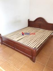 Giường gỗ màu đỏ cũ
