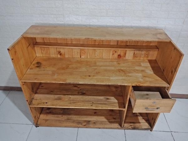 Quầy lễ tân gỗ thông cũ SP008556
